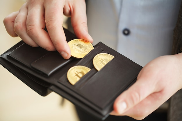 Portfel wirtualnej waluty. złota moneta bitcoin i drukowane zaszyfrowane pieniądze. koncepcja kryptowaluty