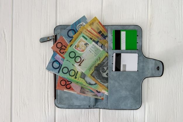 Portfel z dolarami australijskimi i kartami kredytowymi