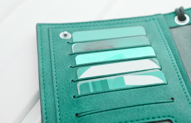 Portfel z kartami kredytowymi na białym drewnianym stole