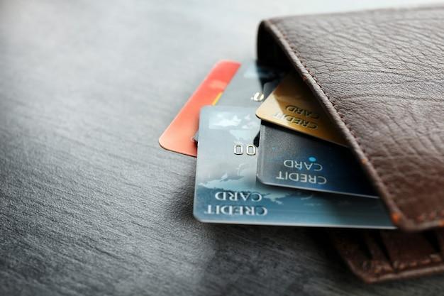 Portfel z kartami kredytowymi na stole, zbliżenie