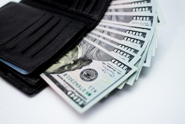 Portfel z pieniędzmi w ręku na białym tle