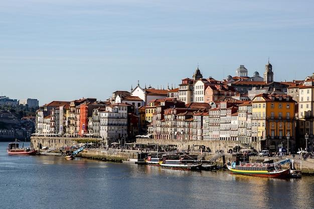 Porto, portugalia - 13 listopada 2018: domy nad brzegiem rzeki douro w porto, portugalia