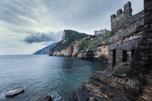 Porto venere, włochy. zamek doriów na klifie, prowincja la spezia w cinque terre