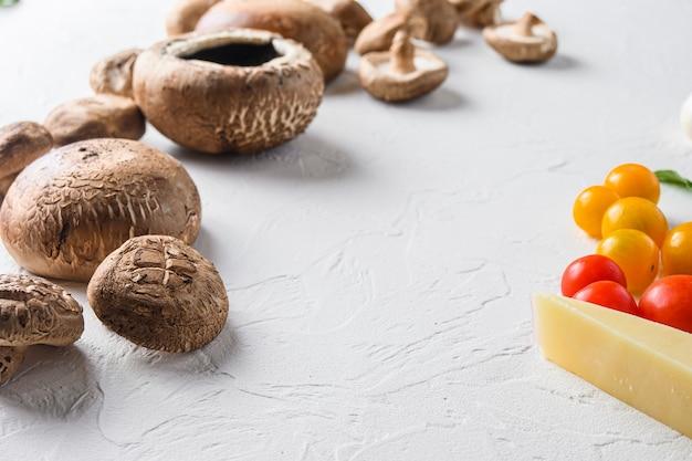 Portobello i składniki do wypieku sera cheddar, pomidorków koktajlowych i szałwii na białym