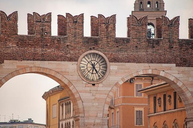 Portoni della bra, starożytne i średniowieczne drzwi na placu bra w weronie, włochy