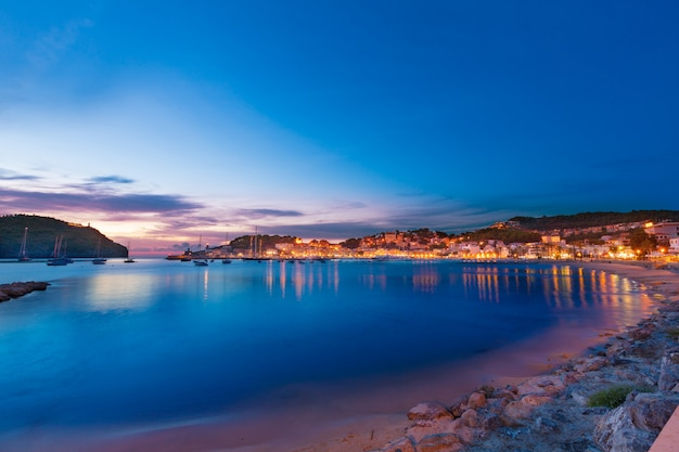 Portowy de soller zmierzch w majorca przy balearic wyspą