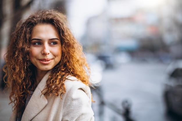 Portrair ładnej kobiety z kręconymi włosami