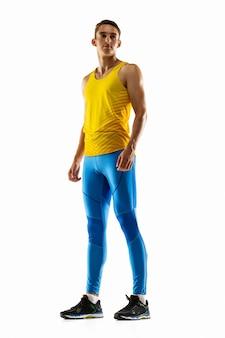 Portrat kaukaskiego profesjonalnego sportowca płci męskiej, trening biegacza na białym tle studio