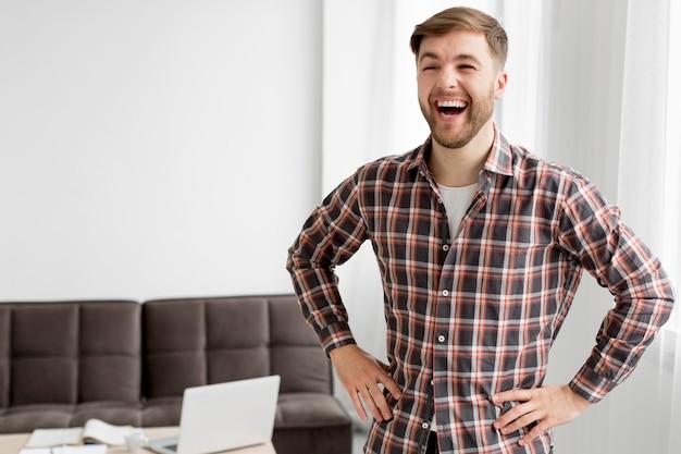 Portrat młody człowiek śmieje się