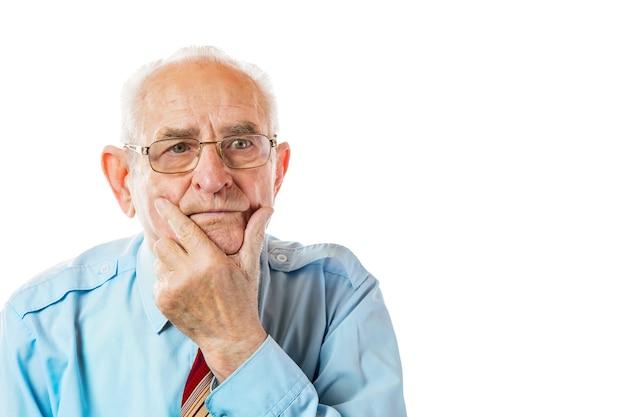 Portret 90-letni mężczyzna starszy trzymając brodę na białym tle.