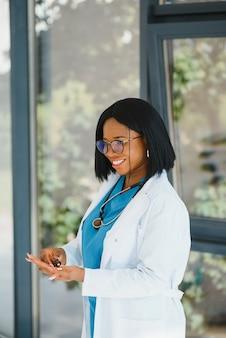 Portret african american kobieta lekarz uśmiecha się w szpitalu