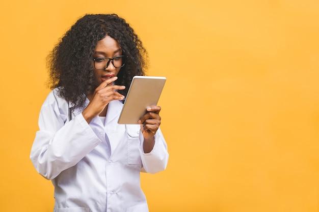 Portret african american kobieta lekarz za pomocą tabletu