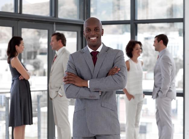 Portret afro męski kierownik prowadzi jego drużyny