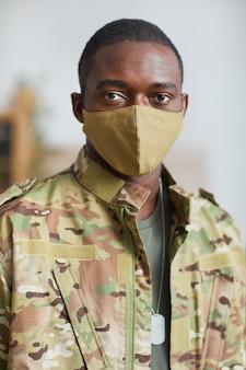 Portret afroamerykanów wojskowych w masce ochronnej patrząc na kamery