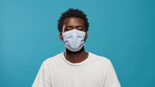 Portret afroamerykańskiego mężczyzny noszącego maskę na twarz