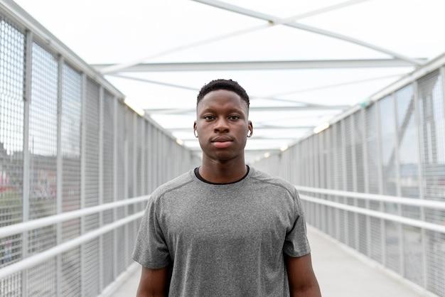 Portret afroamerykańskiego sportowca mającego przerwę
