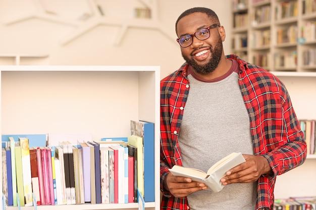 Portret afroamerykańskiego studenta w bibliotece