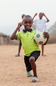 Portret afrykańskiego dziecka z piłki nożnej
