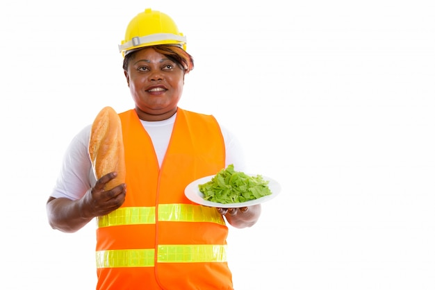 Portret afrykańskiej kobiety trzymającej jedzenie w kasku