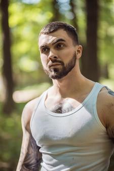 Portret agresywny facet mięśni