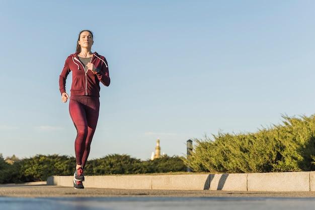 Portret aktywnego biegacza na zewnątrz