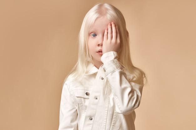 Portret albinos dziecko dziewczynka z białą skórą i białymi włosami