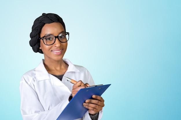 Portret amerykanin afrykańskiego pochodzenia kobiety szczęśliwa ufna lekarka
