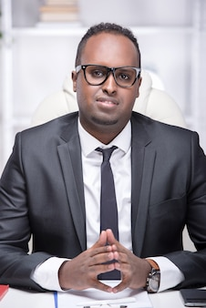 Portret amerykanina afrykańskiego pochodzenia biznesmen w jego biurze.
