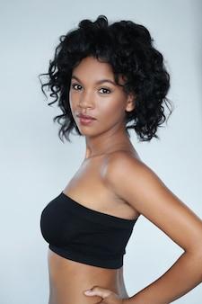 Portret amerykanina afrykańskiego pochodzenia piękna młoda kobieta