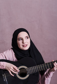 Portret arabska kobieta z gitarą
