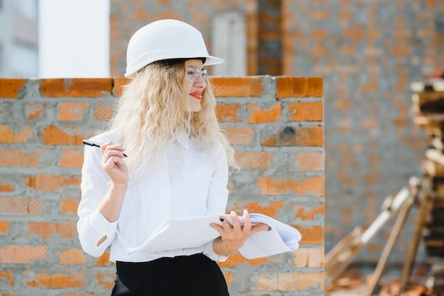 Portret architekta przy pracy