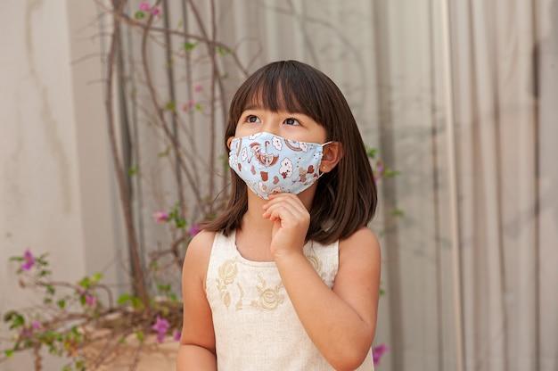 Portret asian girl z maską