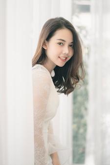 Portret atrakcyjna azjatykcia kobieta z skórą, włosy i twarzą piękna.