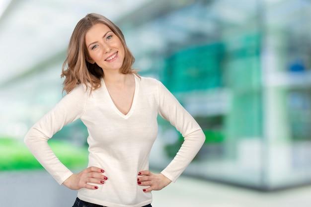 Portret atrakcyjna caucasian uśmiechnięta kobieta