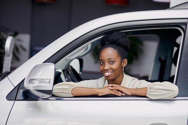 Portret atrakcyjna czarna dama w samochodzie
