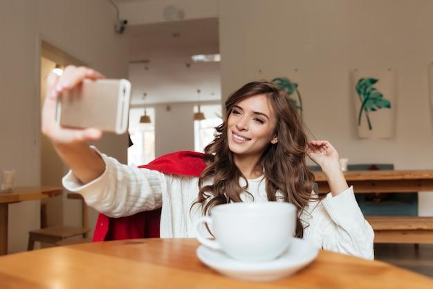 Portret atrakcyjna kobieta bierze selfie