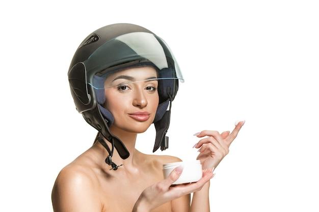 Portret atrakcyjna kobieta w kasku motocyklowym