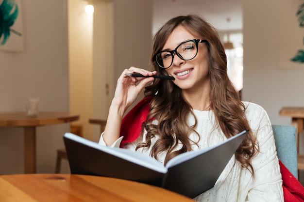 Portret atrakcyjna kobieta w okularach