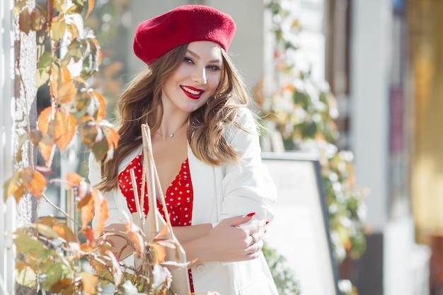 Portret atrakcyjna młoda dziewczyna na zewnątrz. piękna miastowa dama ono uśmiecha się przy kamerą.