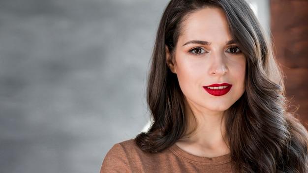 Portret atrakcyjna młoda kobieta patrzeje kamerę