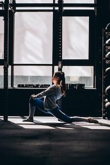 Portret atrakcyjna młoda kobieta robi joga lub pilates ćwiczy