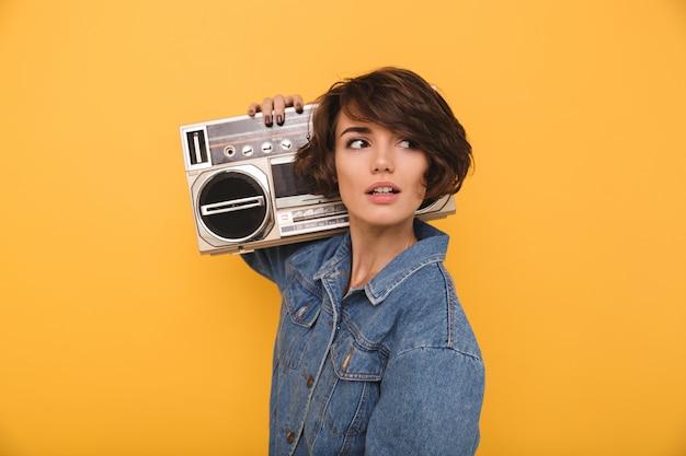 Portret atrakcyjna młoda kobieta ubrana