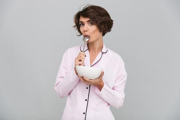 Portret atrakcyjna młoda kobieta w piżamie