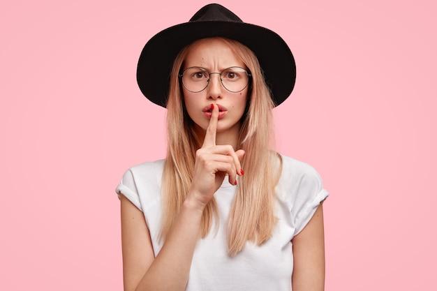 Portret atrakcyjne poważne kobieta wygląda z zirytowanym wyrazem twarzy