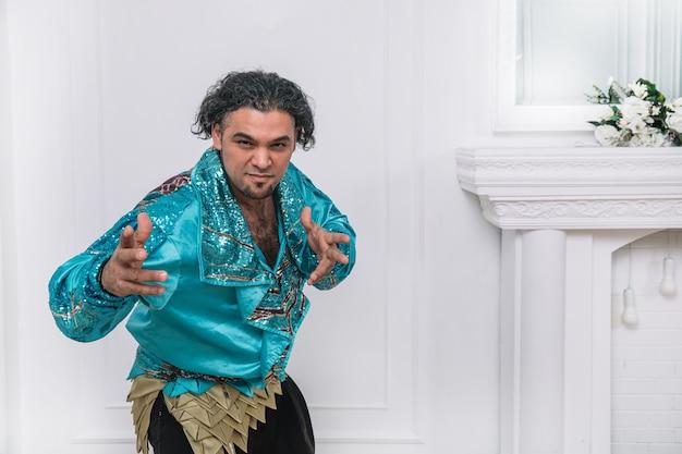 Portret atrakcyjnego tancerza męskiego w stroju cygańskim. zdjęcie z miejscem na kopię