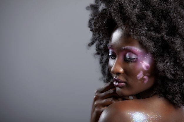 Portret atrakcyjnej afroamerykanki z pięknym makijażem i ciemnymi włosami