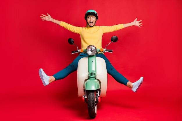 Portret atrakcyjnej beztroskiej dziewczęcej szalonej dziewczyny jeżdżącej na motorowerze podnieść ręce