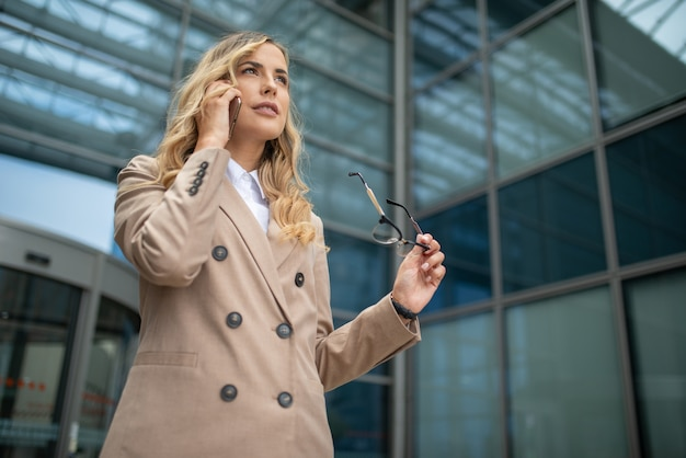Portret atrakcyjnej kobiety rozmawia przez telefon