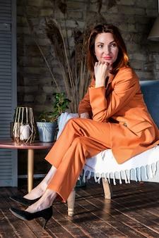 Portret atrakcyjnej kobiety w eleganckim garniturze menedżera myśli podczas oczekiwania na spotkanie