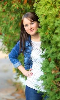 Portret atrakcyjnej młodej kobiety na zewnątrz
